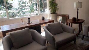 Compondo tapeçaria clara com móveis de madeira nobre finalizados em verniz (1)