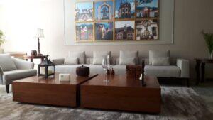 Compondo tapeçaria clara com móveis de madeira nobre finalizados em verniz (2)