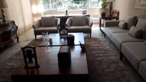 Compondo tapeçaria clara com móveis de madeira nobre finalizados em verniz (6)